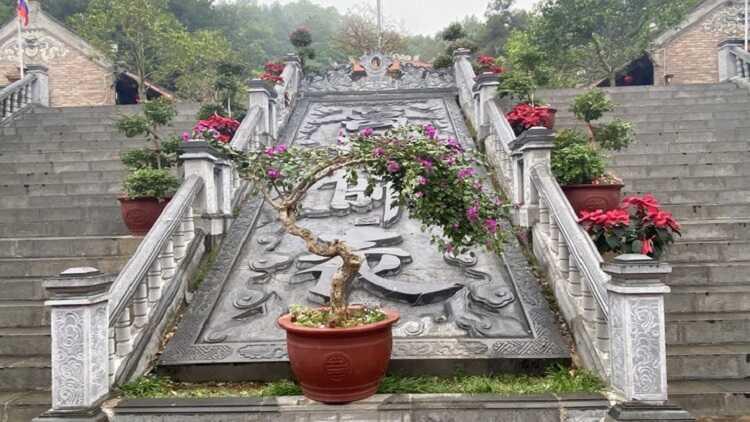 cầu thang lên đền thờ