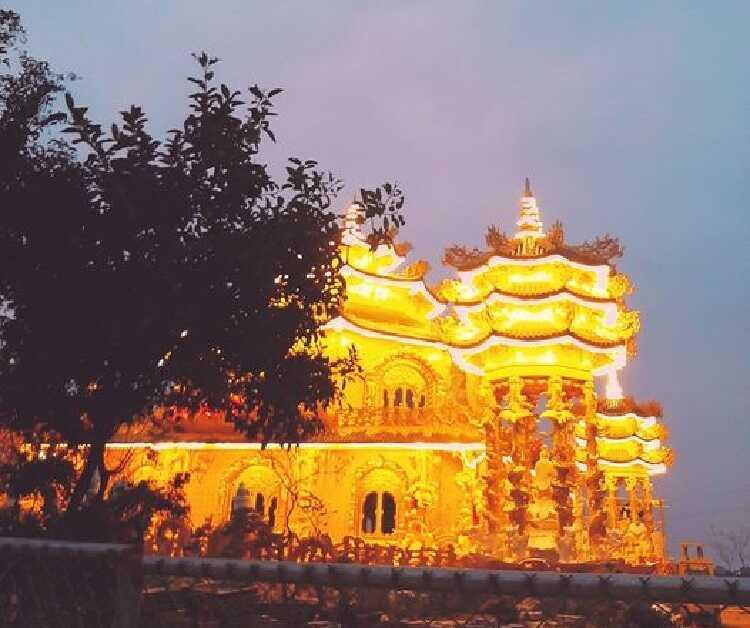 chùa rực sáng rất đẹp