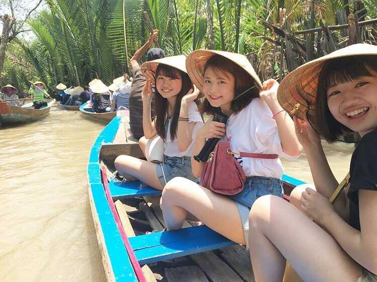 chèo thuyền trên sông